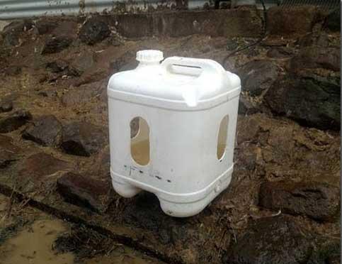 آبخوری ساخت با دبه در پرورش مرغ بومی
